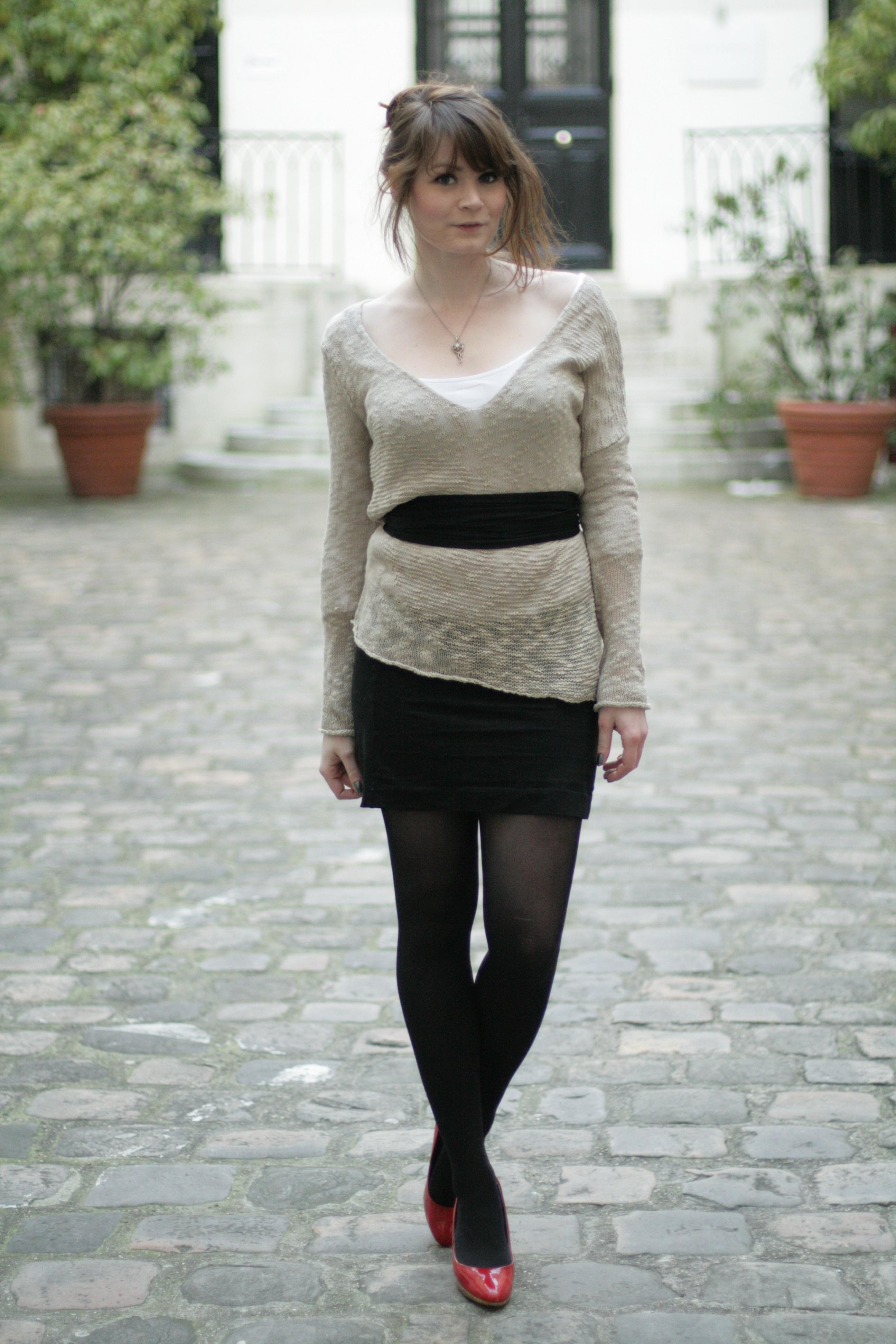f767a43c4c0e chaussure beige et collant noir pull beige jupe noire