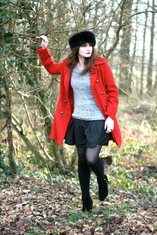 look manteau rouge officier