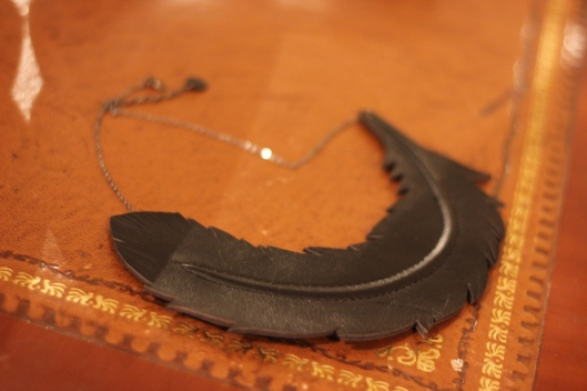collier plume cuir