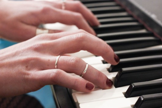 mains bagues piano