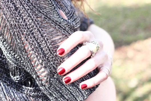 mains blanches vernis rouge